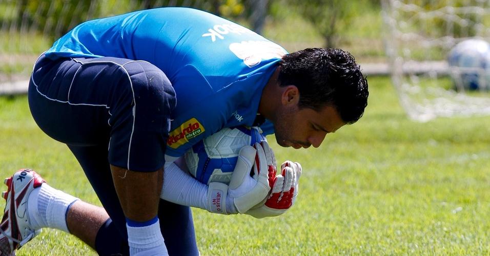 Goleiro Fábio durante treinamento no Cruzeiro