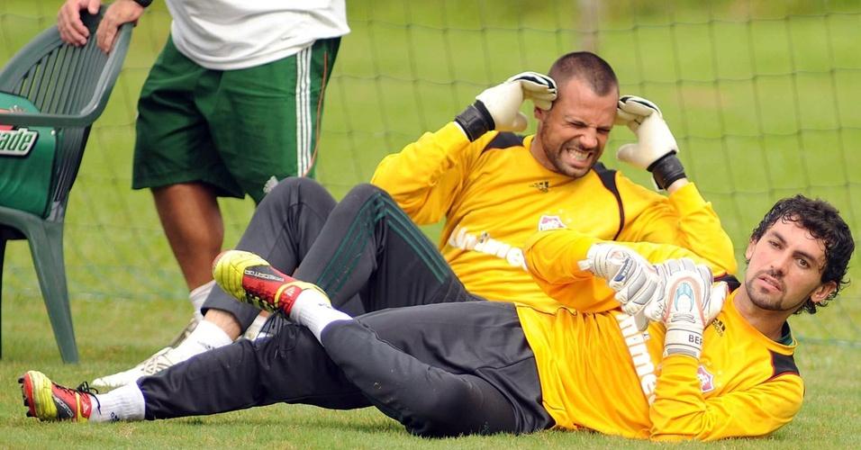 Diego Cavalieri e Ricardo fazem exercícios durante o treino do Fluminense