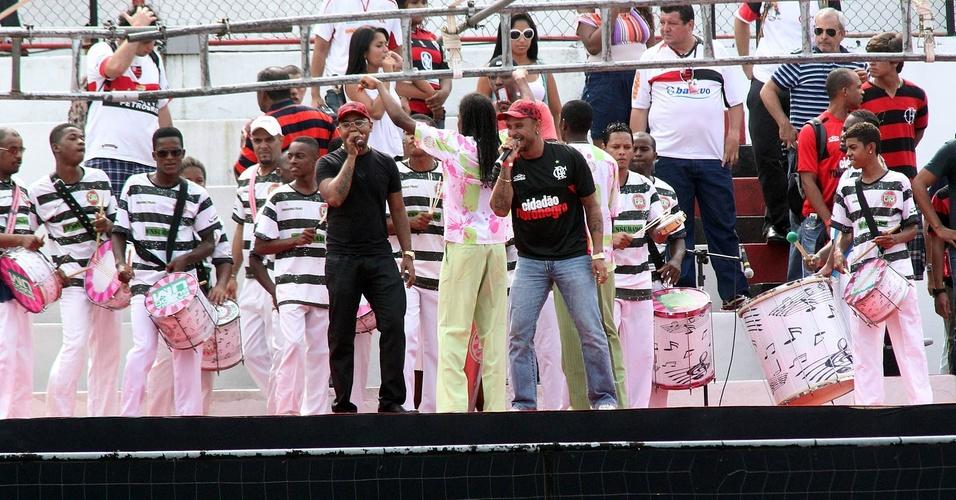 Dudu Nobre, Diogo Nogueira e a bateria da mangueira comandam a festa na Gávea antes da chegada de Ronaldinho