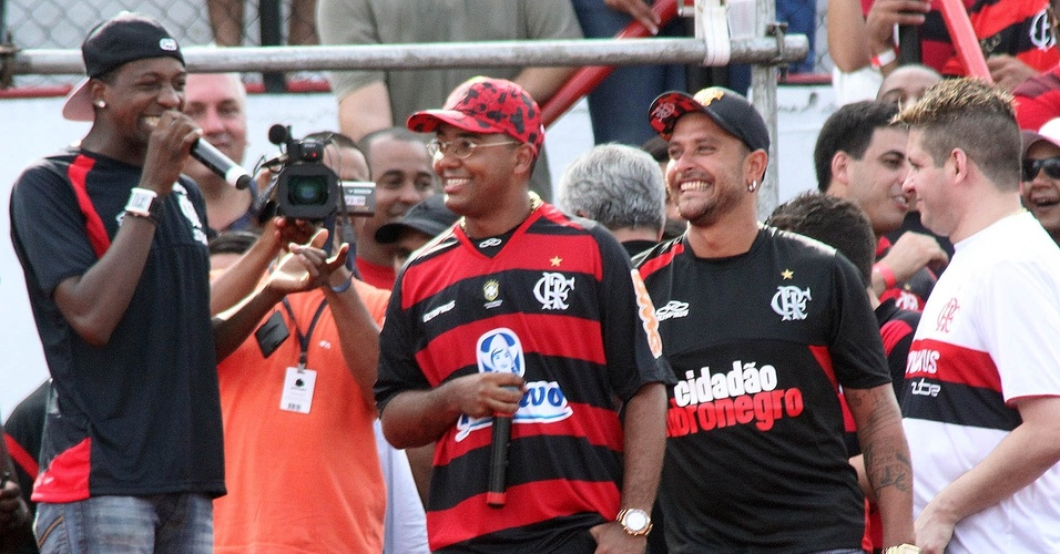 Dudu Nobre e Diogo Nogueira na apresentação de Ronaldinho no Flamengo