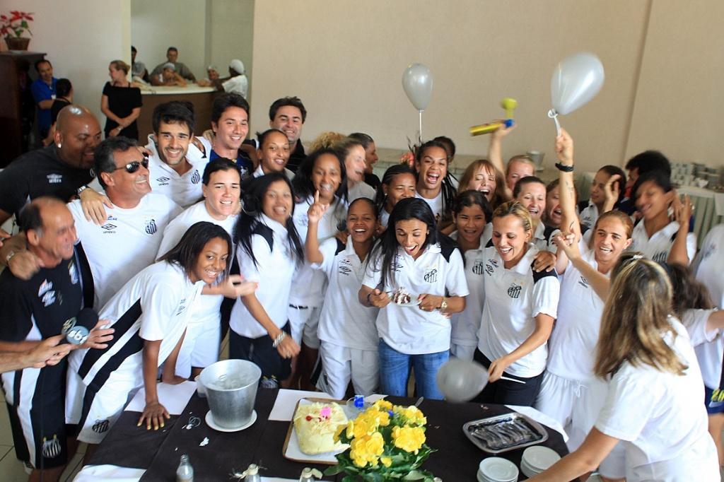 Jogadoras do Santos fazem festa para Marta após ela ser eleita a melhor do mundo