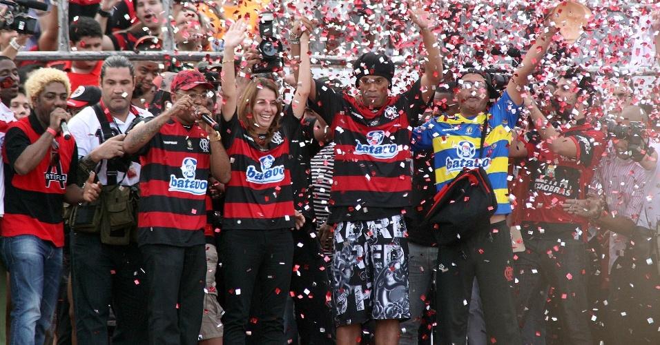 Ronaldinho é apresentado no Flamengo com muita festa