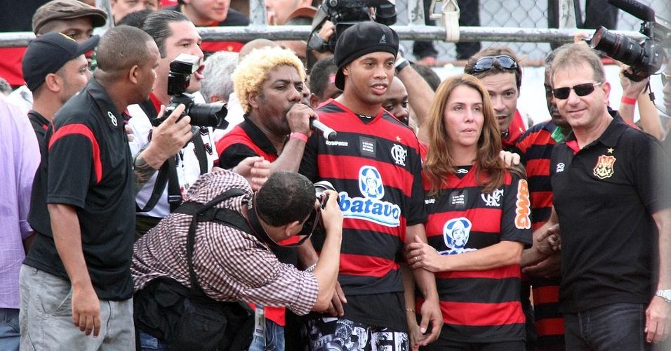 Ronaldinho é apresentado pelo Flamengo na Gávea