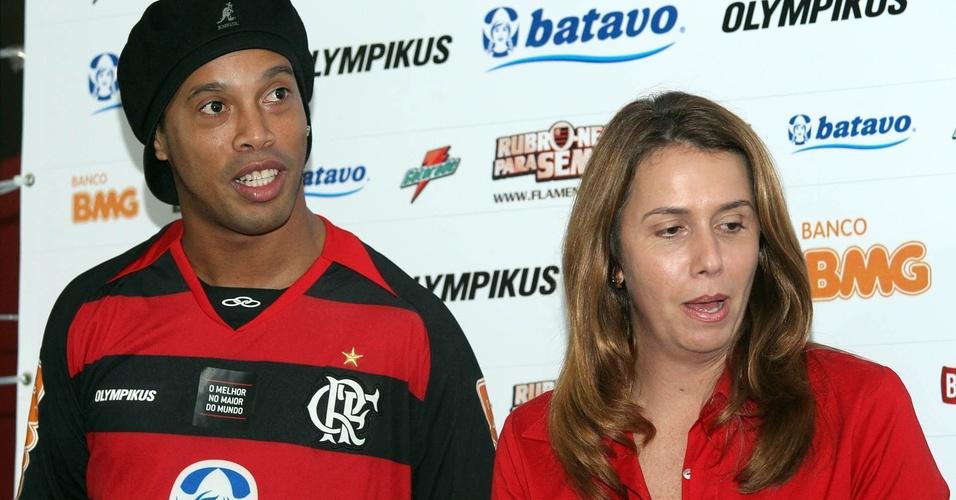 Ronaldinho Gaúcho participa da primeira entrevista coletiva como jogador do Flamengo ao lado de Patrícia Amorim