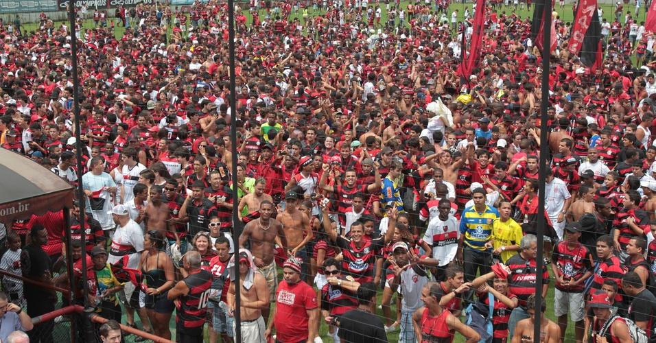 Torcedores do Flamengo ocupam o gramado da Gàvea antes da apresentação de Ronaldinho