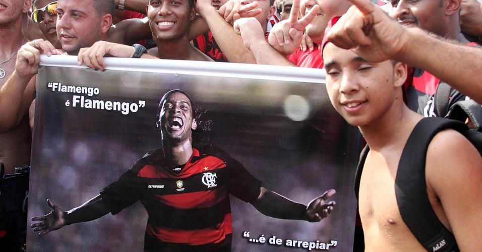 Torcedores exibem faixa para Ronaldinho na festa de apresentação na Gávea