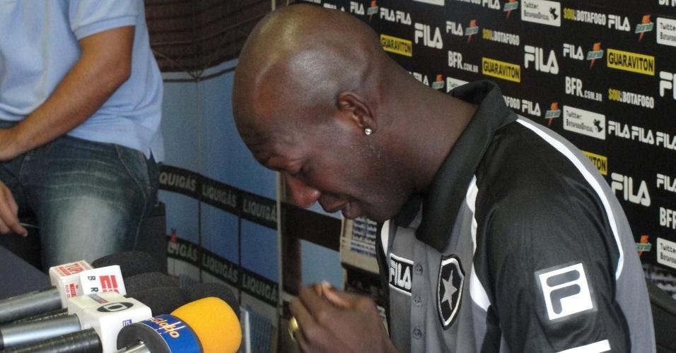 Somália chora durante entrevista coletiva no Botafogo