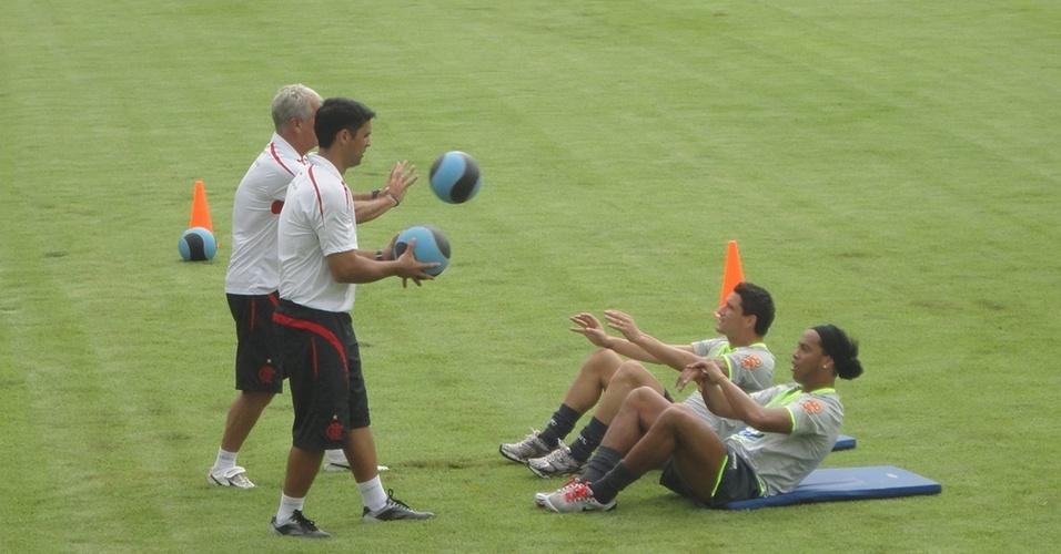 Thiago Neves e Ronaldinho Gaúcho realizam um treino físico no CT da SM Sports