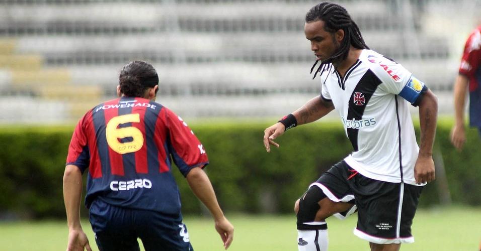 Carlos Alberto carrega a bola no amistoso entre Vasco e Cerro