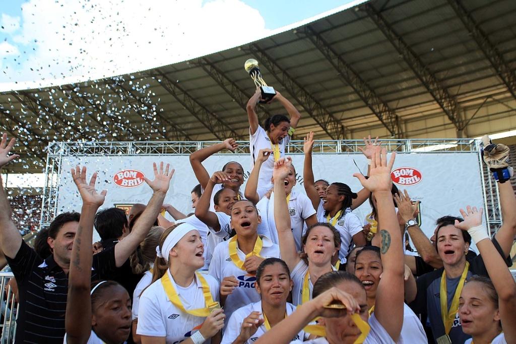 Marta ergue a taça do Interclubes feminino após a vitória sobre o Foz