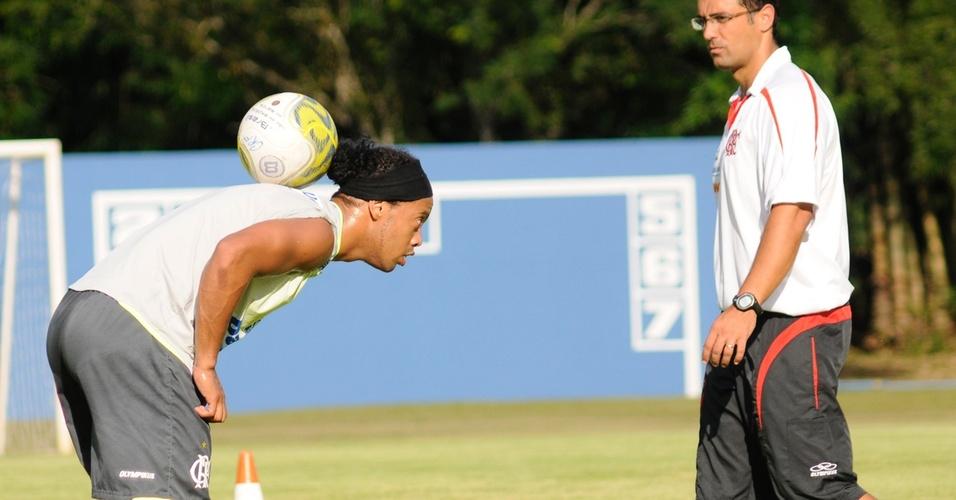 Ronaldinho faz malabarismo em treinio do Flamengo em Londrina