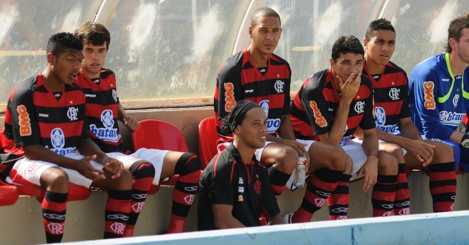 Ronaldinho Gaúcho acompanha do banco de reservas o amistoso do Flamengo contra o América-MG