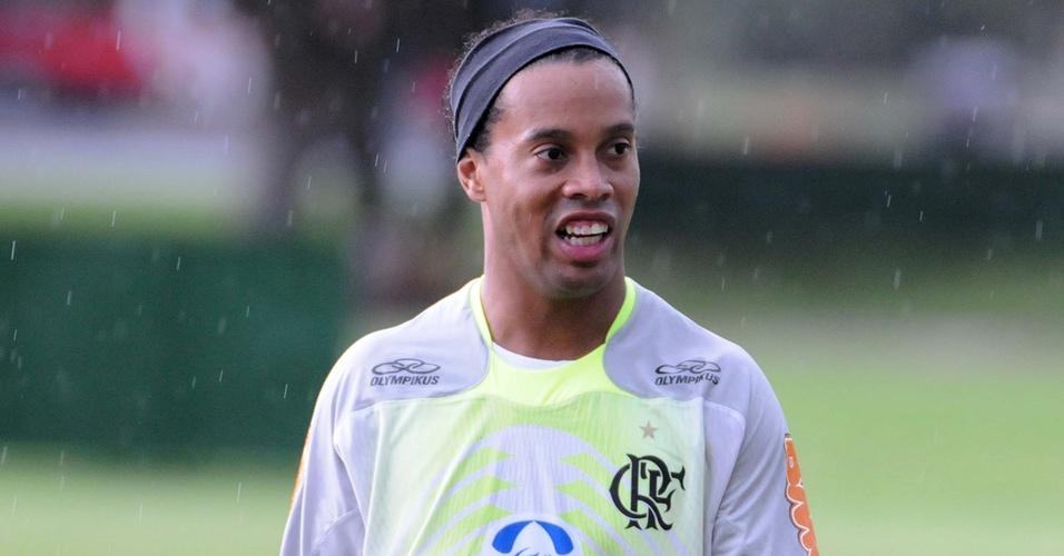 Ronaldinho encara temporada em seu primeiro treino no Ninho do Urubu