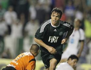 No mesmo dia em que confirmou a chegada de Max Pardalzinho, o Palmeiras enfim viu seu ataque desencantar. Na noite desta quinta-feira, após um primeiro tempo de pura correria, o trio de frente formado por Kleber (f), Luan e Dinei conseguiu fazer boas jogadas e comandou a goleada por 4 a 1 sobre o Ituano pela segunda rodada do Paulistão.