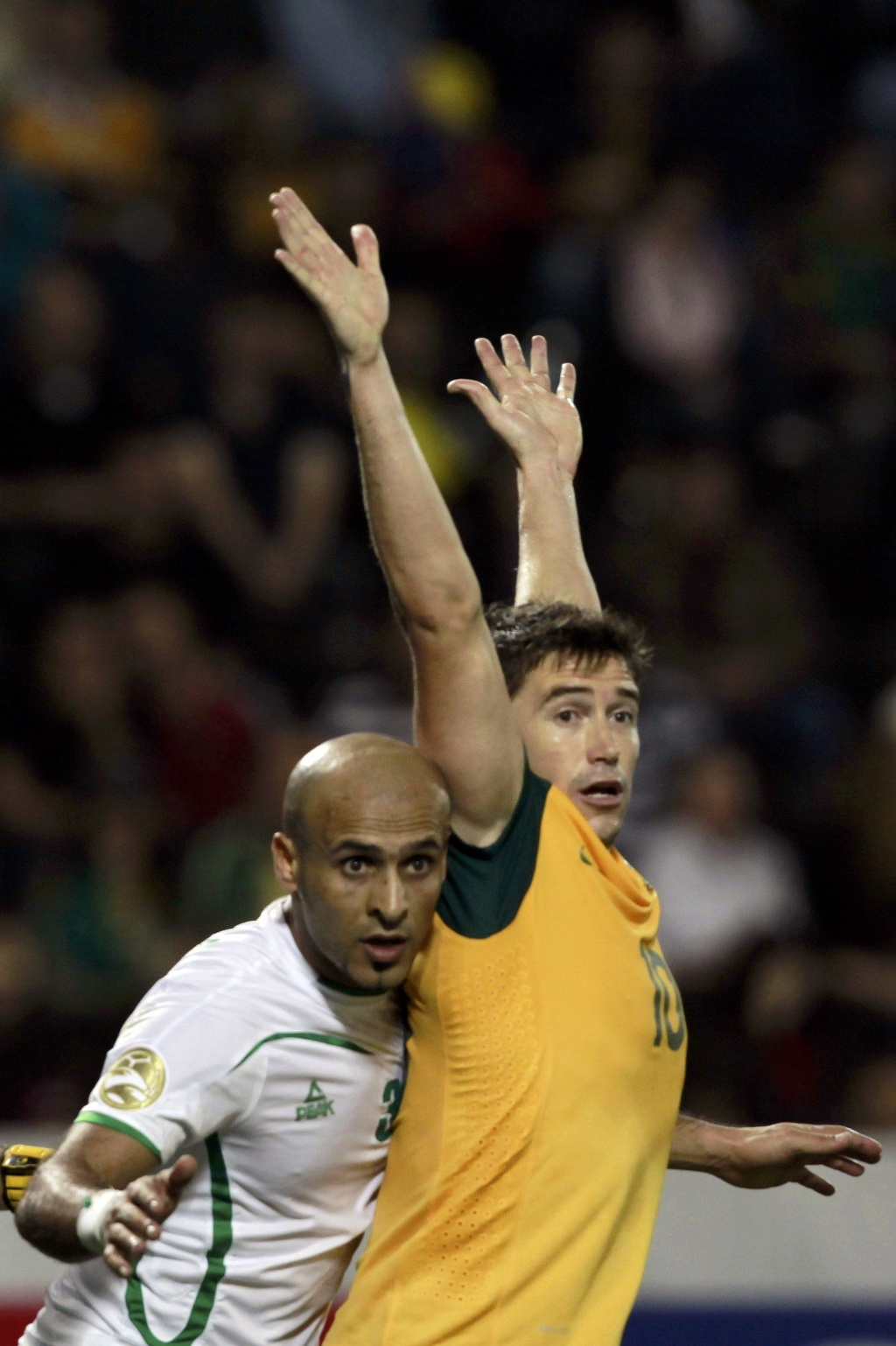 22.jan.2011 - Harry Kewell recebe marcação de Basem Abbas durante jogo entre Austrália e Iraque pela Copa da Ásia