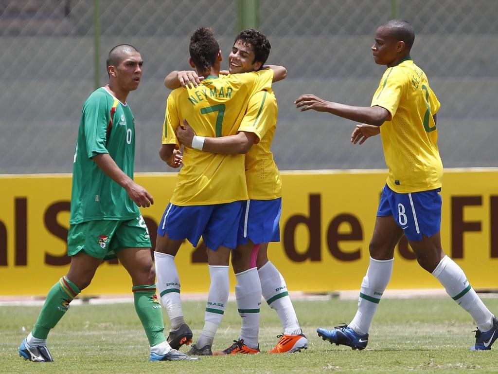 Henrique abraça Neymar após marcar gol do Brasil contra a Bolívia