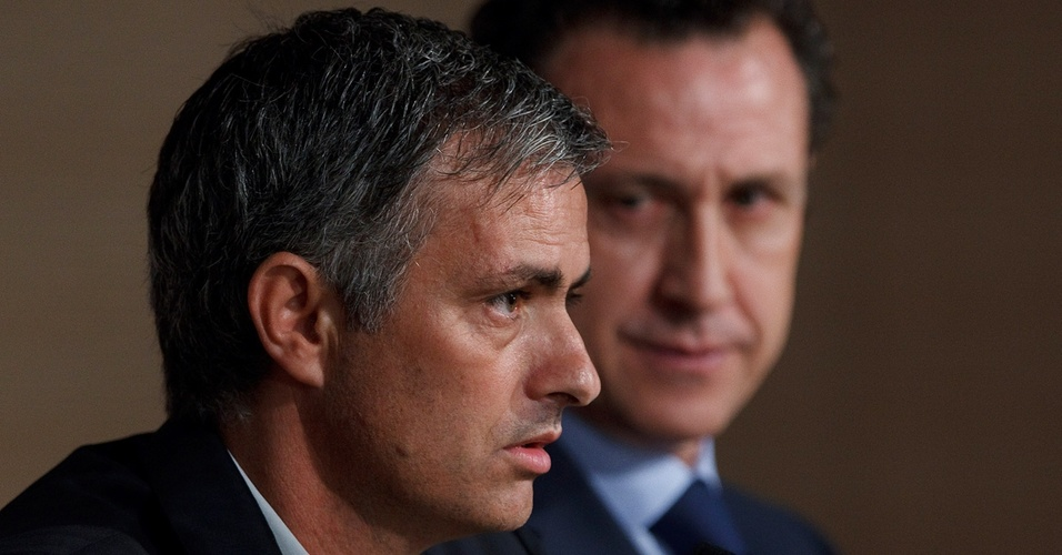 Jorge Valdano observa entrevista coletiva de José Mourinho no Real Madrid