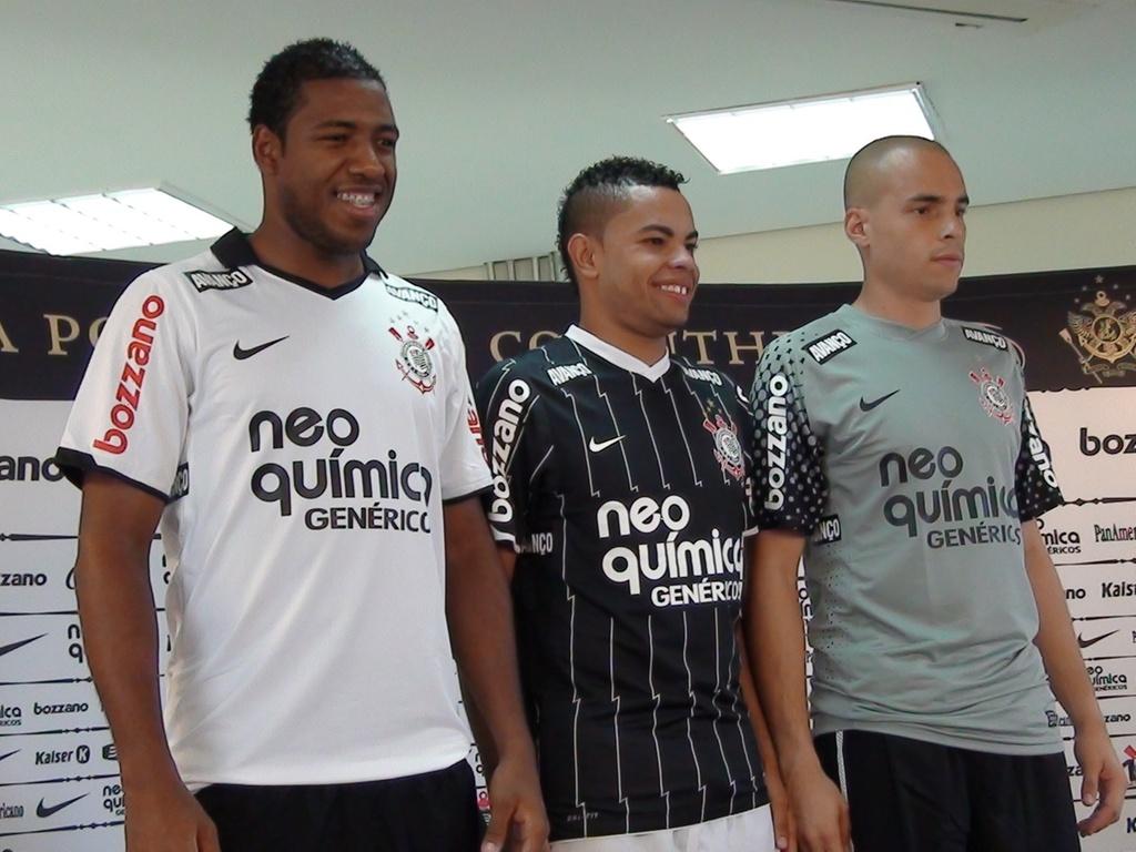 Corinthians lança uniforme sustentável desenvolvido a partir de garrafas PET  - 25 01 2011 - UOL Esporte e18b3b6ec1e39