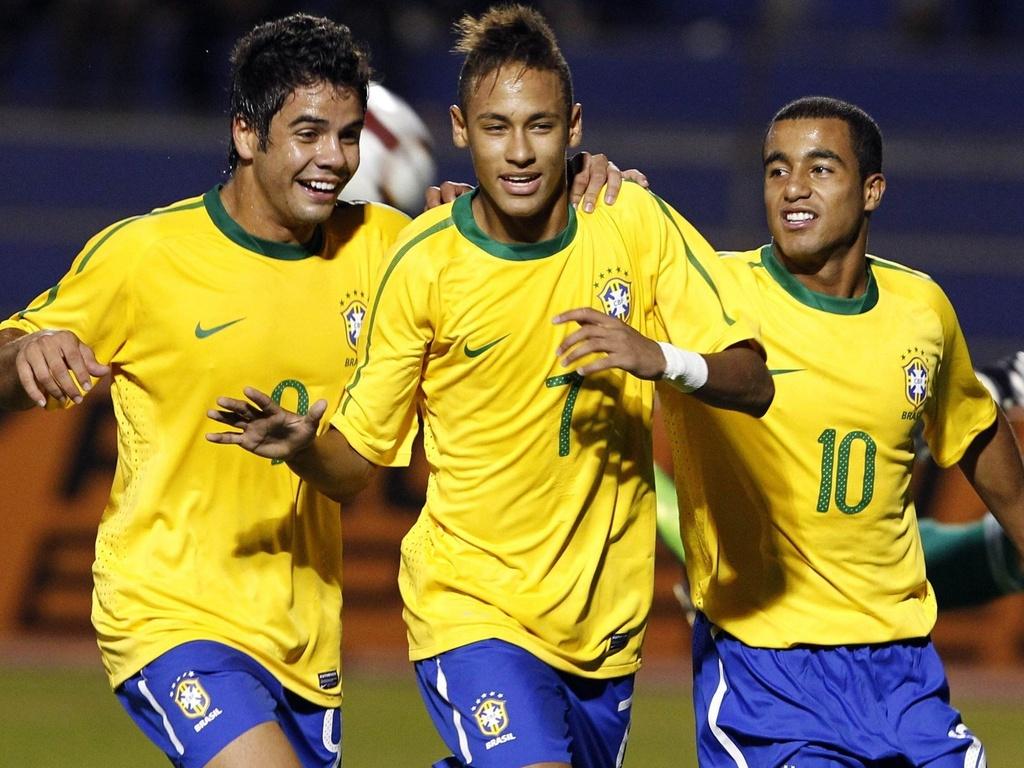 Henrique (e), Neymar (c) e Lucas (d) festejam gol da seleção sub-20 contra o Paraguai
