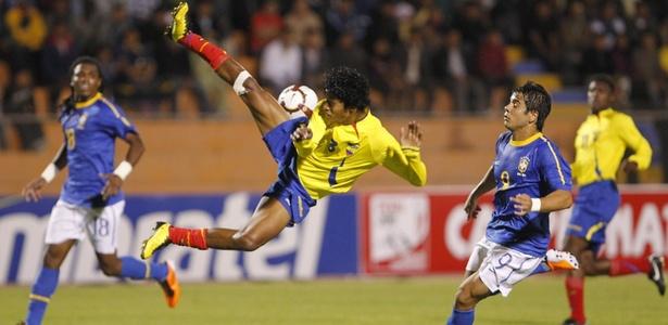John Narváez, lateral da LDU, do Equador, foi oferecido ao Santos nesta semana