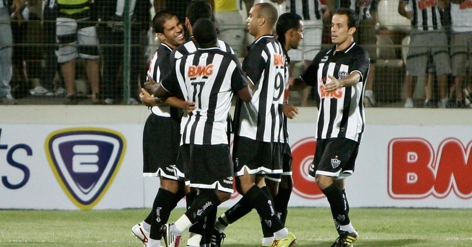 Jogadores do Atlético-MG comemoram gol de Ricardinho em amistoso