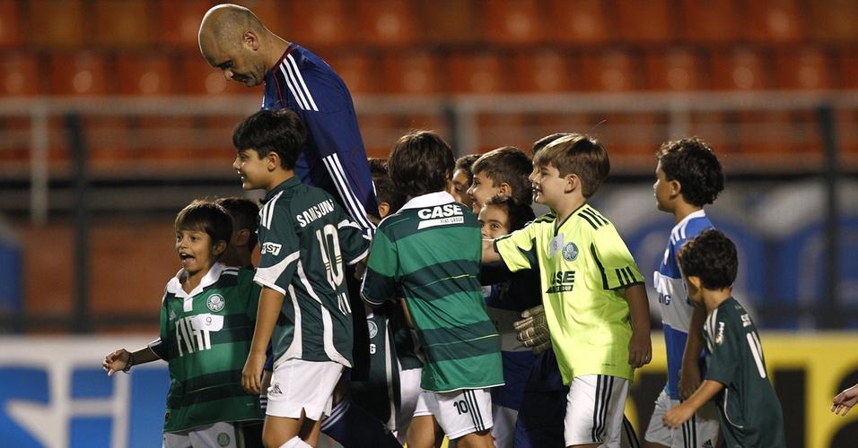 Marcos é cercado por crianças ao entrar como titular para a partida entre Palmeiras e Paulista