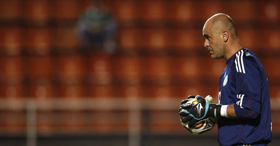 Marcos faz aquecimento no Pacaembu para a partida entre Palmeiras e Paulista