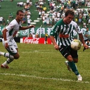 William domina a jogada, na partida em que o Coritiba cedeu o empate e deixou a liderança