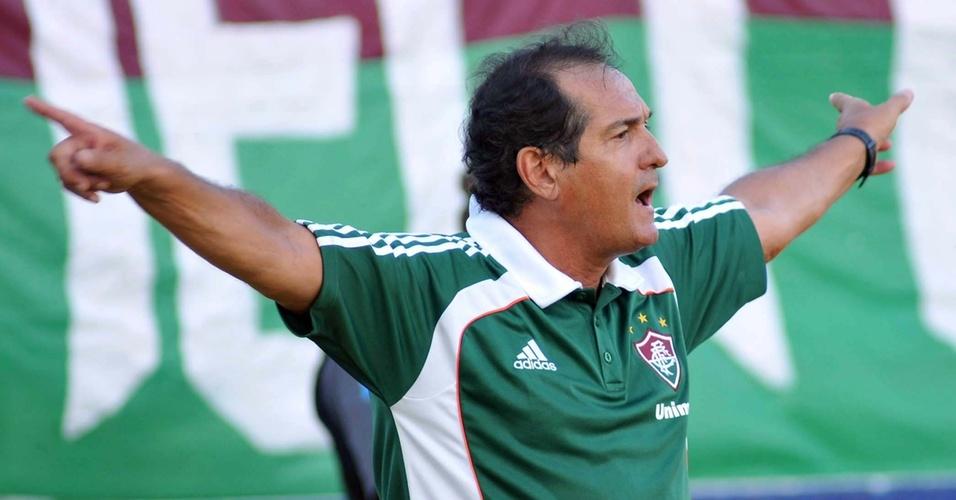 Muricy Ramalho gesticula na partida do Fluminense contra a Cabofriense