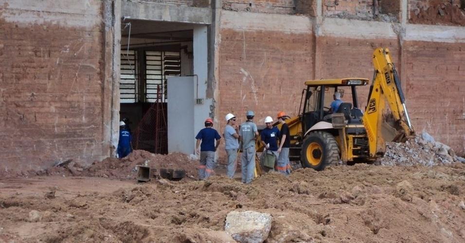 Operários param de trabalhar no estádio Beira-Rio durante treino do Inter