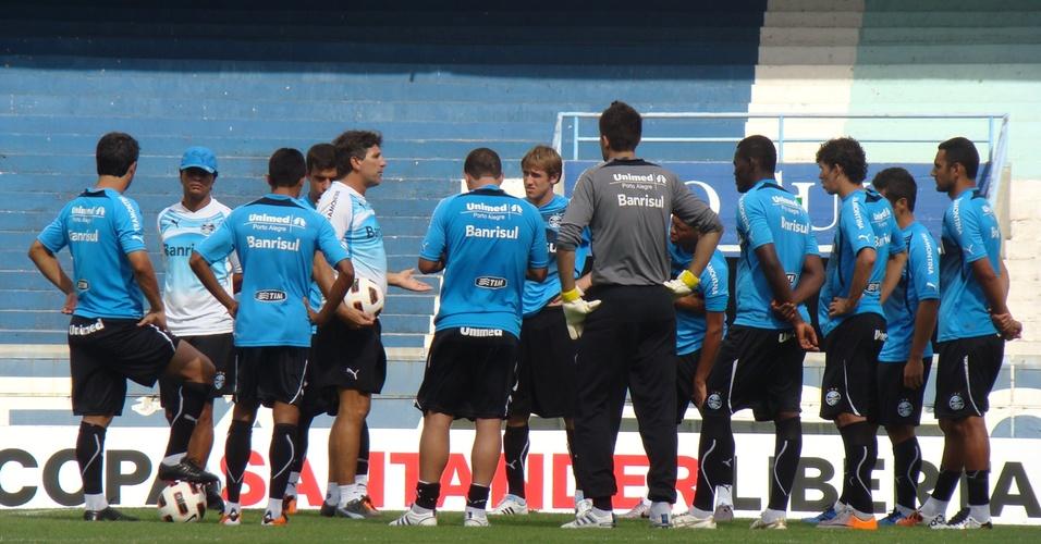 Renato Gaúcho conversa com o grupo do Grêmio