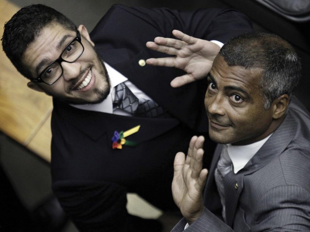 Romário demonstra constrangimento com pedido de foto do ex-BBB Jean Willys em cerimônia de posse