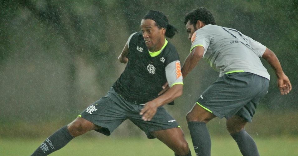 Ronaldinho Gaúcho treina com chuva no Ninho do Urubu na véspera da sua estreia pelo Flamengo