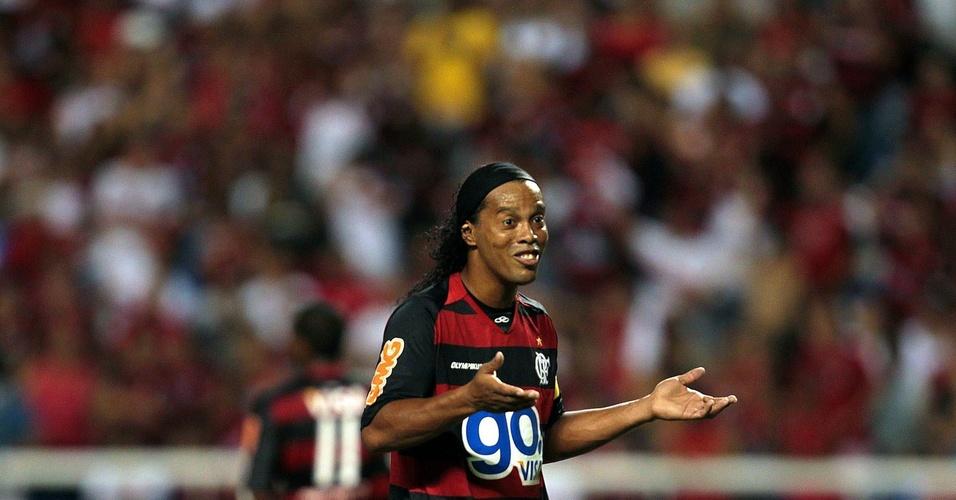 Ronaldinho em ação em sua estreia pelo Flamengo, contra o Nova Iguaçu