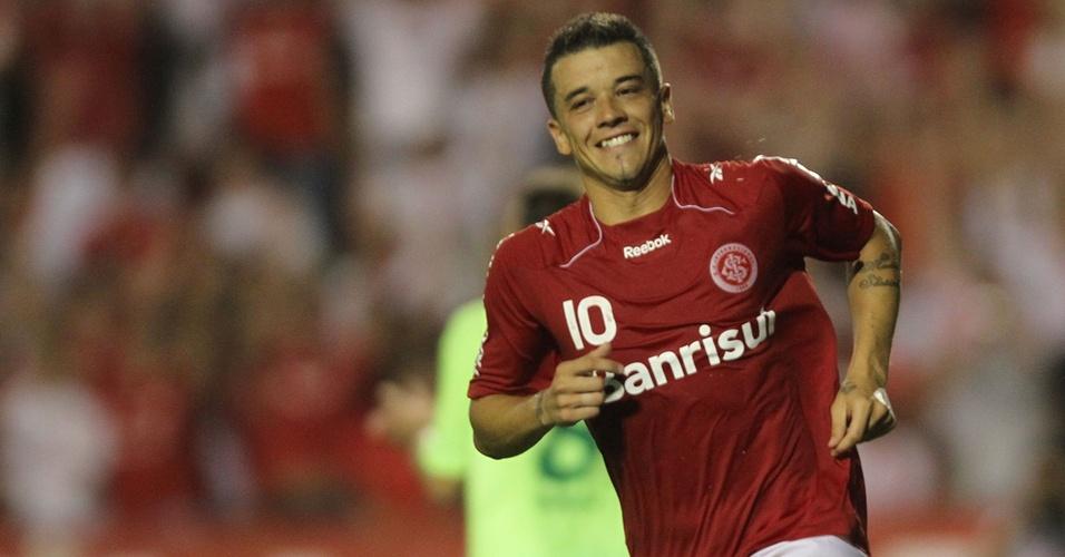 D'Alessandro comemora gol contra o Juventude