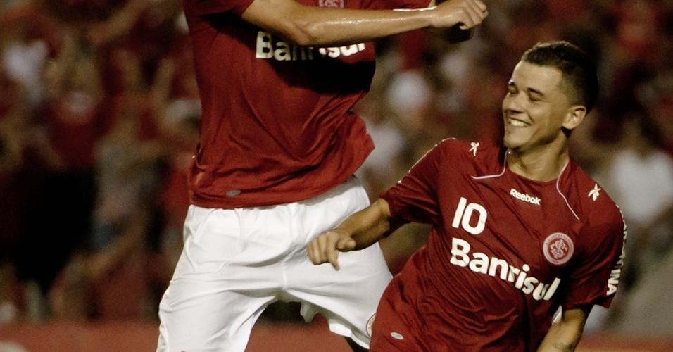 D'Alessandro comemora gol sob o olhar de Leandro Damião