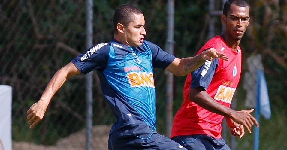 Wellington Paulista disputa a bola durante treino do Cruzeiro