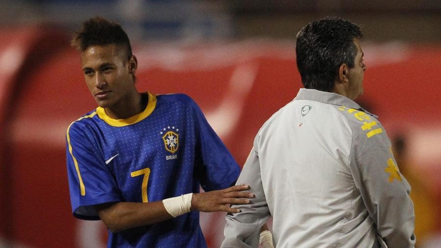 Neymar cumprimenta Ney Franco em jogo do Brasil contra a Colômbia - Pilar Olivares/Reuters
