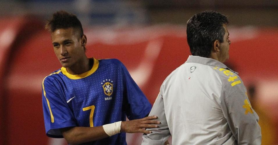 Neymar cumprimenta Ney Franco em jogo do Brasil contra a Colômbia