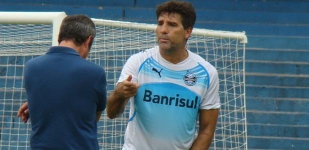 Renato Gaúcho conversa com Antônio Vicente Martins (costas) em treino do Grêmio