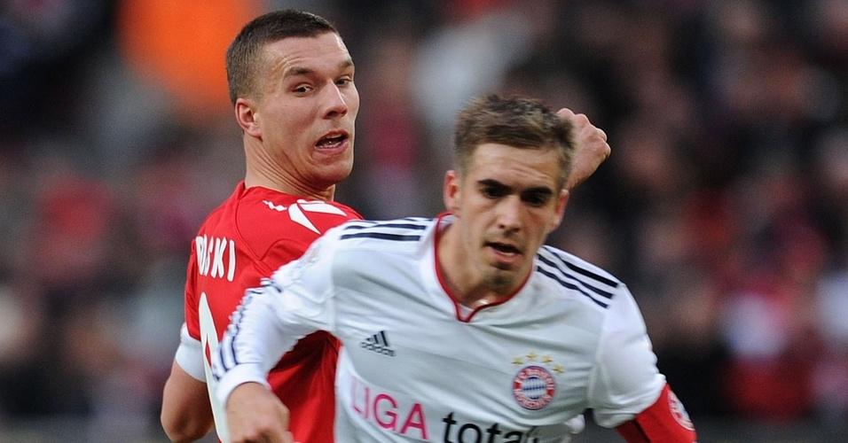 Lukas Podolski tenta passar pela marcação de Philipp Lahm