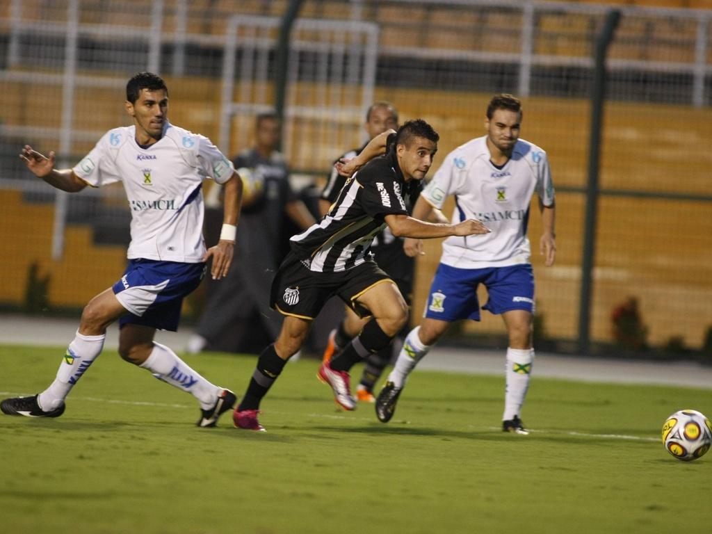 Maikon Leite passa pelos marcadores do Santo André em jogada do Santos no Pacaembu