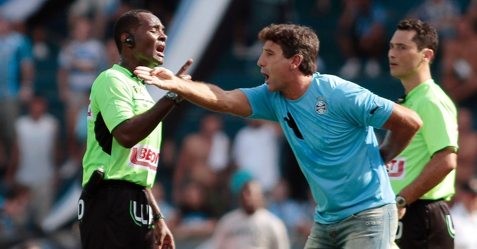 Renato discute com árbitro Ronaldo Santos da Silva na partida contra o Caxias