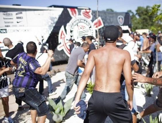 Torcedores do Corinthians jogam pedras no ônibus do clube