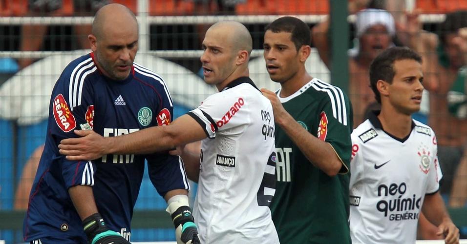 Marcos (e) discute com Alessandro após o corintiano fazer um gol e provocar a torcida do Palmeiras