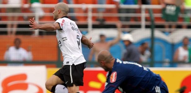 Alessandro comemora gol marcado em vitória sobre o Palmeiras em 2011