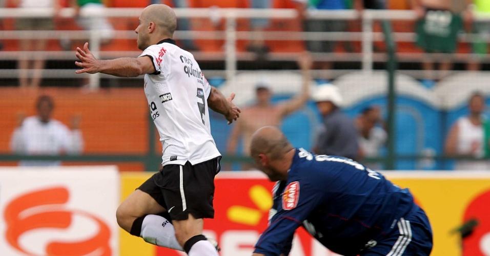 Observado por Marcos, Alessandro comemora ao marcar o gol da vitória do Corinthians sobre o Palmeiras