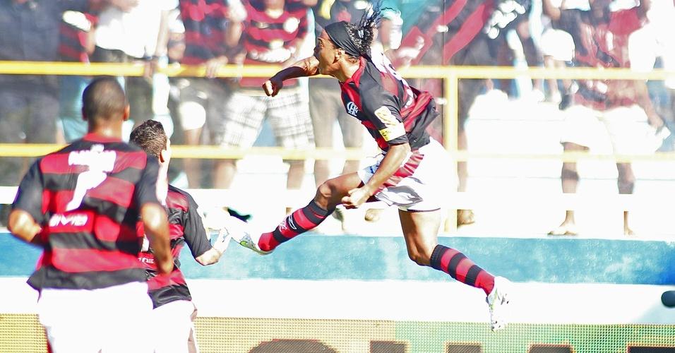 Ronaldinho comemora ao marcar o seu primeiro gol com a camisa do Flamengo contra o Boavista