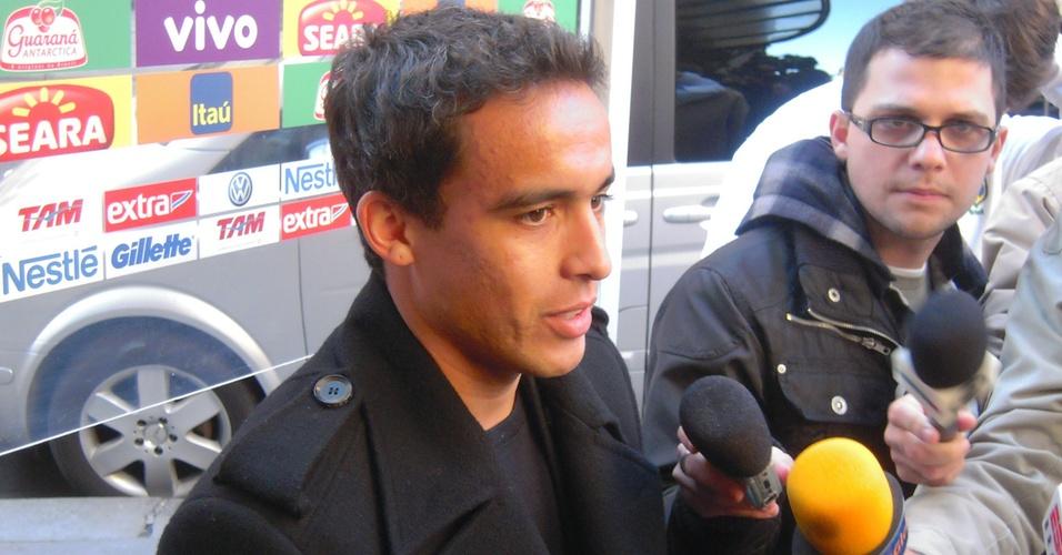 Jadson concede entrevista após aprsentação à seleção brasileira em Paris