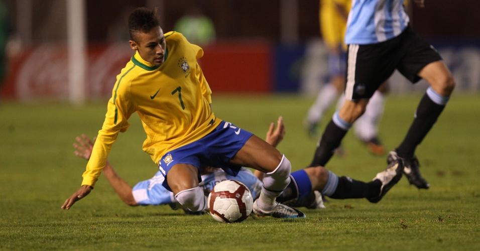 Neymar é parado pela defesa argentina no Sul-Americano Sub-20